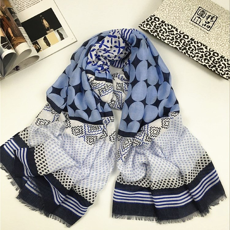浅蓝波点款巴厘纱围巾